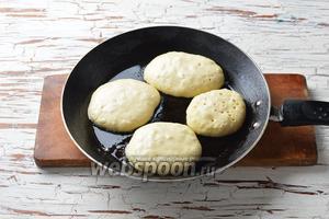 На разогретой сковороде с подсолнечным маслом (2 ст. л.) столовой ложкой выложить оладьи. Обжарить с обеих сторон до готовности.