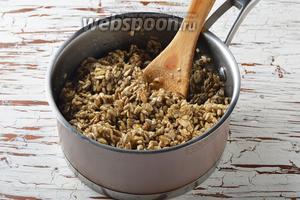 В толстостенном сотейнике соединить все ингредиенты для начинки: сливочное масло 150 г, мёд 1 ст. л., сахар 150 г, ванильный сахар 10 г, семечки подсолнуха 400 г. Перемешать и довести, помешивая, до кипения. Снять с огня и немного охладить.
