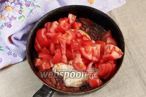Добавить 500 грамм помидор, порезанных на четвертинки. Тушить 30-40 минут, перевернув грудку в середине цикла. Добавить по вкусу соль, сахар и чёрный перец молотый. Уварить соус до желаемой густоты.