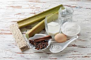 Для работы нам понадобится ревень, яйцо, вода, хлебцы ржаные (60 г), молоко, сахар, ванильный сахар, изюм, палочка корицы, бадьян в звёздочках.