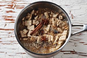Добавить поломанные ржаные хлебцы (60 г), промытый изюм 3 ст. л., сахар 4 ст. л., 1 палочку корицы, 2 звёздочки бадьяна. Довести до кипения и готовить на небольшом огне 2 минуты. Вынуть корицу и бадьян.
