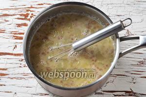 Ввести желток с молоком в суп, постоянно помешивая. Довести до кипения и проварить на минимальном огне 1 минуту. Снять с огня.