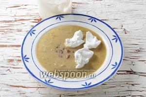 Белок взбить в стойкую пену вместе с ванильным сахаром 10 г. Разлить суп по тарелками, выкладывая в каждую тарелку небольшие комочки взбитого белка.
