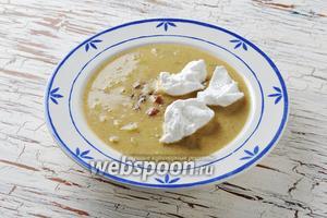 Суп из ревеня с яйцом готов.