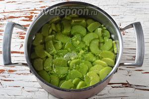 Поместить в кастрюлю воду (900 мл), сахар 5 ст. л., 1 палочку корицы и подготовленный ревень. Довести до кипения и готовить под крышкой 3-4 минуты. 100 мл  холодной воды соединить с картофельным крахмалом (2 ст. л.) и перемешать.