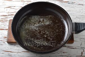 В сковороде растопить 2 ст. л. сливочного масла.