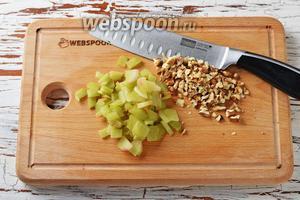 Ревень 75 г очистить и нарезать небольшими тонкими кусочками. Орехи слегка обжарить на сухой сковороде и нарезать небольшими кусочками.