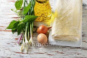 Для работы нам понадобится слоёное бездрожжевое тесто, яйца, зелёный лук, репчатый лук, соль, подсолнечное масло.
