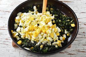 Яйца (5 штук) отварить вкрутую, охладить, очистить и нарезать кубиками. Соединить яйца с подготовленной массой. Перемешать.