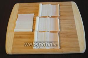 Если крабовые палочки замороженные, то перед приготовлением их следует разморозить. Крабовые палочки (200 грамм) аккуратно развернуть.