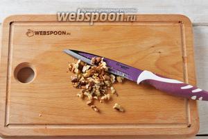 Ядра грецких орехов обжарить на сковороде и крупно порубить.