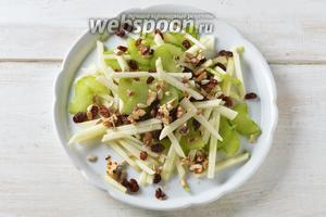 Соединить ревень, яблоки, орехи, семечки подсолнуха, изюм. Перемешать.