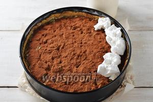 3 белка взбить с сахарной пудрой (6 ст. л.) в плотную устойчивую пену. Выложить белки на какао.