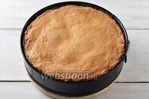 Выпекать пирог в предварительно разогретой до 160°С духовке 50-55 минут. Охладить пирог в духовке при слегка приоткрытой дверце, а затем переложить его в холодильник и оставить на 12 часов. Пирог с творогом и ревенем готов.