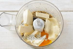 Добавить к орехам 200 грамм сливочного масла комнатной температуры, нарезанного кусочками, 3 желтка, 1 щепотку соли, 3 ст. л. сметаны, 4 ст. л. сахара.