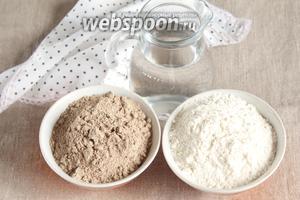 Для приготовления льняного теста потребуются следующие ингредиенты: мука льняная, мука пшеничная и вода.