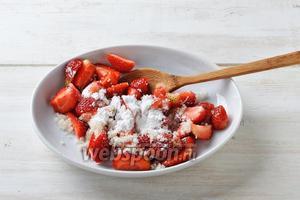 Добавить к ягодам сахар 3 ст. л. и картофельный крахмал 1 ст. л. Аккуратно перемешать.