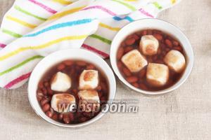 По желанию бобы можно пюрировать частично, можно весь объём. Разлить сируко по пиалам и положить по 4-5 кусочков моти. Японский суп сируко готов. Кладём в рот кусочек моти и, разжёвывая моти, добавляем суп. Приятного аппетита!