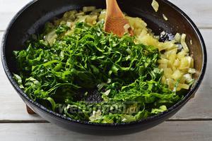 Зелёный лук 30 г и шпинат 150 г перебрать, промыть, стряхнуть влагу, мелко нарезать. Добавить лук и шпинат в сковороду и готовить, помешивая 1,5-2 минуты. Снять с огня. Охладить.