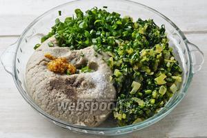 Соединить рыбный фарш 450 г, смесь из сковороды, соль 1 ч. л., перец 0,2 ч. л., горчицу 1 ч. л. Хорошо перемешать. Отправить смесь в холодильник на 30 минут.