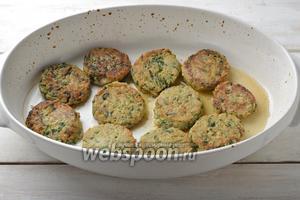 Запекать в предварительно разогретой до 175°С духовке 10-12 минут. Рыбные котлеты со шпинатом готовы.