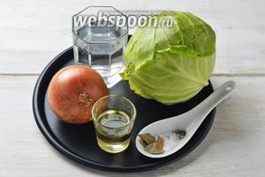 Для приготовления начинки из свежей капусты нам понадобится молодая свежая капуста, репчатый лук, подсолнечное масло, вода, соль, чёрный молотый перец, лавровый лист.