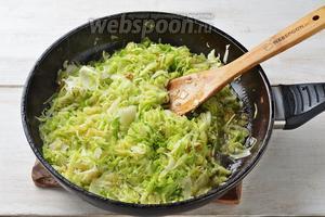 Выложить молодую капусту в сковороду. Перемешать. Жарить, помешивая, 2-3 минуты. Добавить воду 3 ст. л. Готовить под крышкой до мягкости капусты. В зависимости от сорта капусты на это уйдёт 5-12 минут.