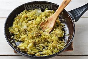 Приправить солью 0,7 ч. л., чёрным молотым перцем 0,1 ч. л., добавить 1 лавровый лист. Прогреть капусту ещё 1 минуту. Охладить.