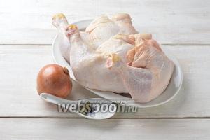 Для работы нам понадобятся куриные окорочка, соль, чёрный перец горошком, репчатый лук, лавровый лист.