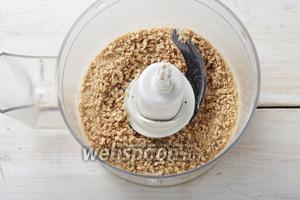 В чашу кухонного комбайна (насадка металлический нож) поместить грецкие орехи 5 ст. л. и поломанные ржаные хлебцы 40 г. Измельчить до образования средней крошки.