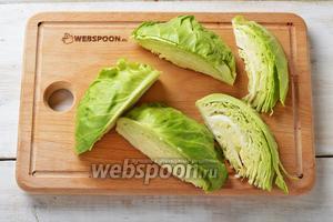 500 г капусты промыть, снять верхние жёсткие листья. Разрезать кочан капусты на 8 частей, не вырезая кочерыжку.