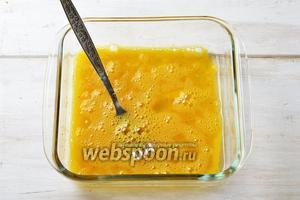 2 яйца соединить с солью 0,5 ч. л. и чёрным молотым перцем 0,1 ч. л. Взбить вилкой до образования однородной массы.