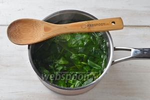 200 грамм шпината промыть и залить кипятком на 10 минут. Воду слить, а шпинат хорошо отжать от воды и крупно нарезать.