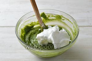 4 белка взбить в стойкую пену вместе с сахаром (50 г). Аккуратно, в 3-4 приёма, вмешать белки в тесто.