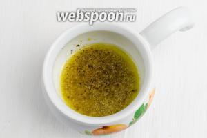 Пока варится рис, подготовить остальные ингредиенты салата. Для заправки следует взять оливковое масло (2 ст. л.), добавить сок лимона (3 ст. л.). Перемешать. Добавить горчицу в зёрнах (1 ч. л.), соль (1 щепотку), смолоть черный перец (1 щепотка).