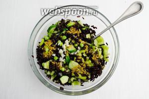 Заправить салат готовым соусом, добавить рубленый чеснок.