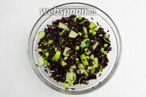 Оставить салат настояться 10 минут. Подавать блюдо можно на листьях салата, посыпав рублеными перьями (4 шт.) зелёного лука.