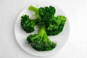Отбросить соцветия брокколи на дуршлаг, чтобы не было лишней воды. Выложить их на тарелку.