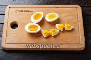 2 яйца отварить вкрутую, очистить и нарезать кусочками.
