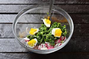 Соединить яйца с зеленью, аккуратно перемешать.