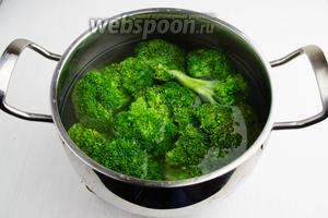 В кастрюле вскипятить воду (2000 мл), добавить соль (60 г). В кипяток бросить соцветия брокколи. Варить в течение 5 минут. Соль является барьером для углекислого газа, поэтому хлорофилл в брокколи останется зелёным.