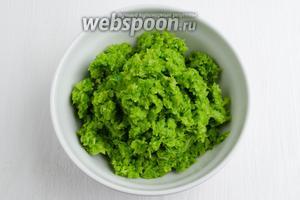 Измельчить соцветия брокколи в кухонном комбайне.