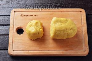 Разделить тесто на 2/3 и 1/3 часть. Завернуть каждую часть в пищевую плёнку и отправить в холодильник на 30-40 минут.
