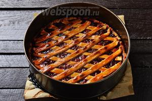 Готовить пирог 18-20 минут в предварительно разогретой до 220°С духовке. Вынуть из духовки и охладить. Пирог с клубничным вареньем готов.
