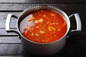 Выложить в кастрюлю подготовленную отваренную фасоль 200 г, тушёнку из курицы 350 г, зажарку из овощей. Довести до кипения и готовить 7-8 минут (до полной  готовности овощей). Проверить ещё раз на соль.