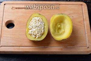 Охладить, разрезать каждую картофелину пополам. Вынуть середину каждой половинки таким образом, чтобы образовалась лодочка. Заполнить картофель грибной смесью.