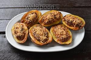 Готовить в предварительно разогретой до 200°С духовке до мягкости картофеля (приблизительно 30 минут). Жульен в картошке готов.
