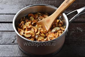 Поместить яблоки в кастрюлю и залить чистой водой так, чтобы она была немного выше яблок. Добавить 3 ст. л. сахара. Перемешать. Довести до кипения и проварить 5 минут.