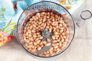 Добавить к бобам арахиса 3 стакана воды. Взбивать минуты 2-3. Внимание!!! Таким способом можно готовить, если у вас очень большая чаша блендера, иначе всё будет выплескиваться даже при плотно закрытой крышке. Объём моей чаши 1,5 литра и приходится класть половину порции арахиса и добавлять половину объёма воды.