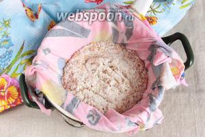 Процедить полученное молоко через плотную ткань от арахисового жмыха. Жмых можно использовать, например, в выпечке.